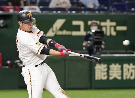 6回巨人1死、岡本が左越えに満塁本塁打を放つ=東京ドーム