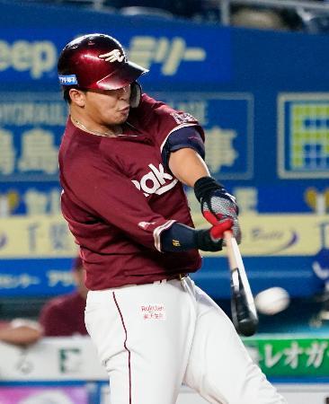 6回楽天2死満塁、浅村が左中間に走者一掃の二塁打を放つ=ZOZOマリン