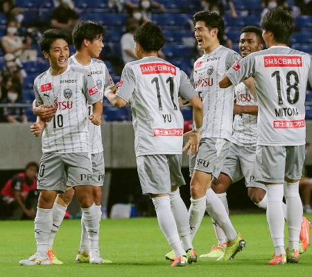 G大阪―川崎 後半、ゴールを決め喜ぶ大島(左端)ら川崎イレブン=パナスタ