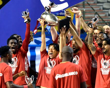 クラブ・ブリュージュに勝利しベルギー杯優勝を果たし、トロフィーを掲げるアントワープの三好(中央)=ブリュッセル(共同)