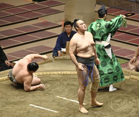朝玉勢(左)を上手投げで破った希善龍=両国国技館