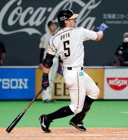 3回日本ハム2死一塁、大田が左中間に勝ち越し2ランを放つ=札幌ドーム