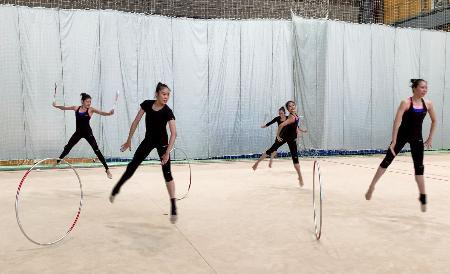 日本体操協会が公開した新体操日本代表の練習動画。右端は主将の杉本早裕吏(同協会提供)