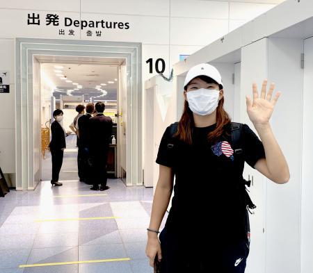 英国への出発前に手を振る女子ゴルフの渋野日向子=7日午前、羽田空港(株式会社ゾーン提供)