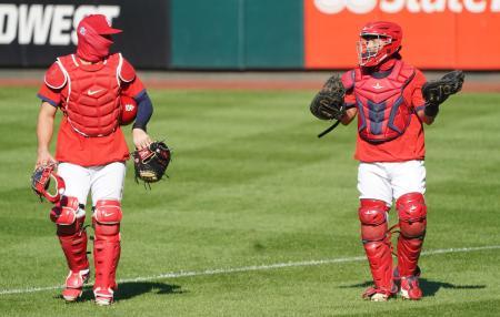 顔を覆った状態で練習するカージナルスの選手=6日、セントルイス(UPI=共同)