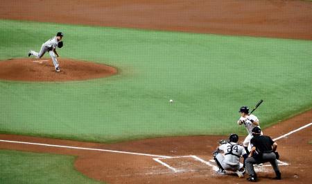 日本時代を含め公式戦で初対戦するヤンキース先発の田中とレイズ・筒香=セントピーターズバーグ(AP=共同)
