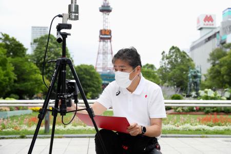 東京五輪のマラソンと競歩のコースで温度などを測定する日本陸連の杉田正明科学委員長=8日、札幌市(アフロスポーツ、日本陸上競技連盟提供)