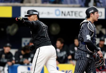 4回、先制本塁打を放ち喜ぶロッテのマーティン。捕手若月=京セラドーム