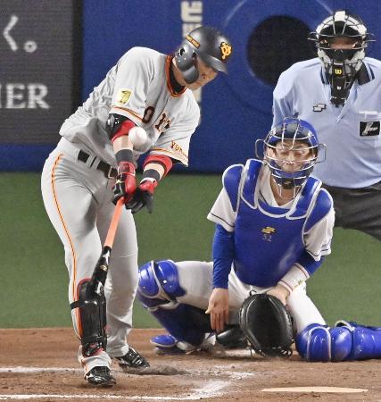 7回巨人1死満塁、代打亀井が同点の中犠飛を放つ。捕手加藤=ナゴヤドーム