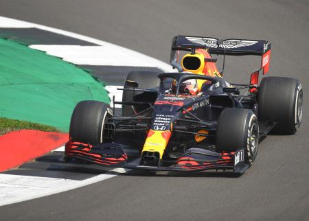 F1の70周年記念GPで走行するレッドブル・ホンダのマックス・フェルスタッペン=シルバーストーン(AP=共同)