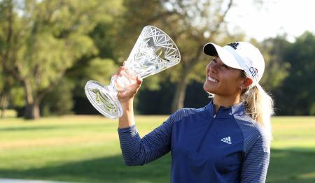 米女子ゴルフのマラソン・クラシック最終日、優勝トロフィーを手に笑顔のダニエル・カン=9日、オハイオ州シルバニア(ゲッティ=共同)