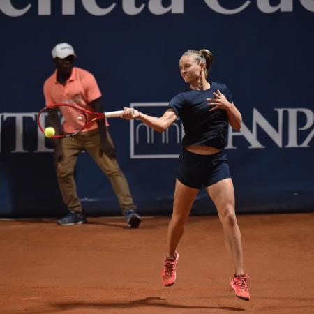 女子テニスツアーの再開初戦、パレルモ女子オープン決勝でアネット・コンタベイトと対戦するフィオナ・フェロ=9日(ゲッティ=共同)