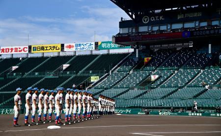 2020年甲子園高校野球交流試合の開会式で整列する花咲徳栄(手前)と大分商の選手たち=10日午前、甲子園球場