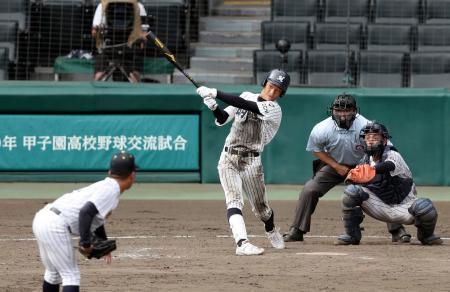 明徳義塾―鳥取城北 9回裏明徳義塾2死一、二塁、新沢が右越えに逆転サヨナラの2点三塁打を放つ。投手阪上、捕手安保=甲子園