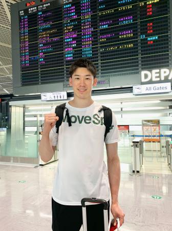 イタリアに向けて出発したバレーボール男子の石川祐希=10日、成田空港(所属事務所提供)