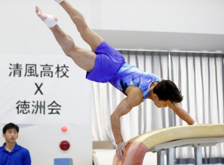 徳洲会との合同試技会で跳馬の大技、ロペスを披露する清風高・北園丈琉=大阪市