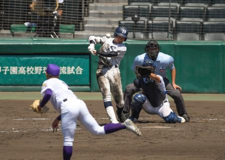 天理―広島新庄 5回表広島新庄1死二塁、明光が中前に適時二塁打を放つ。投手庭野=甲子園