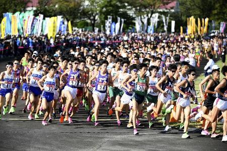 2019年10月、箱根駅伝予選会で走る選手たち=東京都の陸上自衛隊立川駐屯地