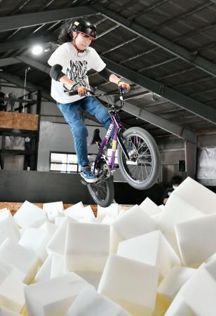 自転車BMXフリースタイル・パーク専用の室内練習施設に設置された、着地時の衝撃を和らげるスポンジプール=11日、岡山市
