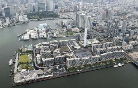 東京都中央区の臨海地区に建設されている東京五輪・パラリンピックの選手村=7月11日(共同通信社ヘリから)