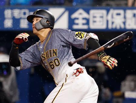 4回阪神2死一、二塁、中谷が左越えに逆転3ランを放つ=横浜