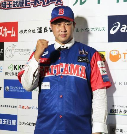 BCリーグ埼玉の入団記者会見で、ユニホームを着てポーズをとる田沢純一投手=7月13日、埼玉県熊谷市
