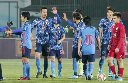 昨年11月に行われたW杯2次予選でキルギスを下し、タッチを交わす吉田(左から2人目)ら。日本はこの試合を最後に予選が止まっている=ビシケク(共同)