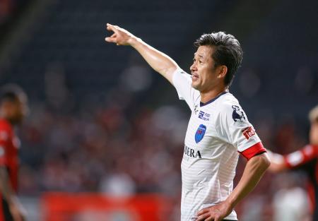 12日の札幌―横浜FC戦で前半、指示を出す横浜FC・三浦=札幌ドーム