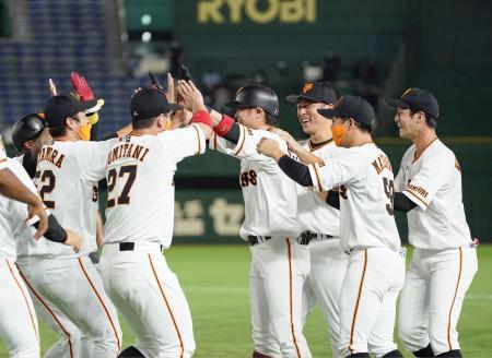 9回、サヨナラ打を放ち、ナインにに祝福される巨人・亀井(中央)=東京ドーム