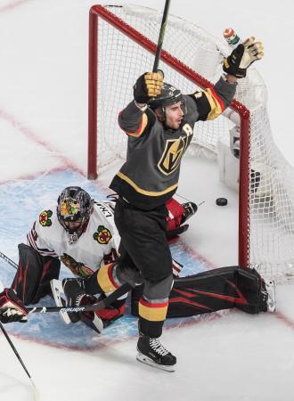 NHLプレーオフ1回戦、ブラックホークス戦の延長で決勝ゴールを決めたゴールデンナイツのライリー・スミス=13日、エドモントン(カナディアンプレス・AP=共同)