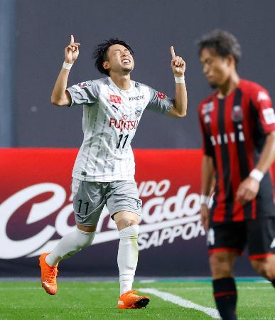 札幌―川崎 後半、チーム5点目のゴールを決め、天を指さす川崎・小林=札幌ドーム