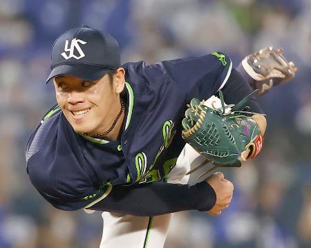 プロ野球のDeNA戦で無安打無得点試合を達成したヤクルトの小川泰弘投手=15日、横浜スタジアム