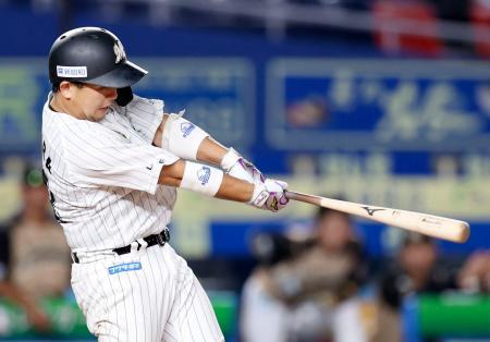 8回ロッテ2死二塁、田村が左中間に決勝の適時二塁打を放つ=ZOZOマリン