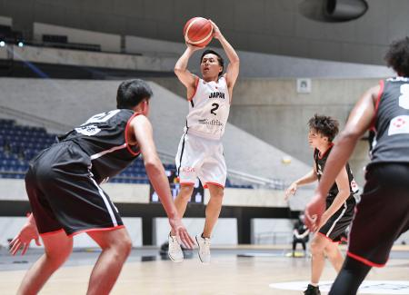 日本代表によるエキシビションマッチでシュートを放つ男子の富樫=国立代々木競技場(日本バスケットボール協会提供)