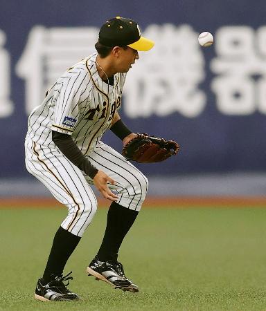 8回広島1死二塁、長野の二ゴロを失策する阪神・植田=京セラドーム