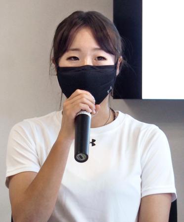 記者会見するスノーボード女子の鬼塚雅=17日、東京都新宿区