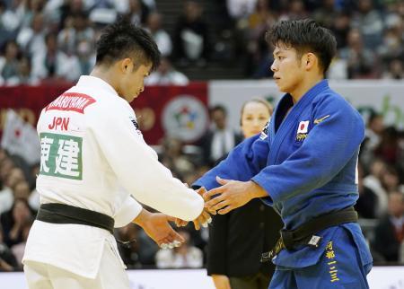 2019年11月、柔道GS大阪大会の男子66キロ級決勝。大観衆の前で熱戦を終え、握手を交わす丸山城志郎(左)と阿部一二三=丸善インテックアリーナ大阪