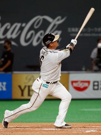 1回日本ハム1死二塁、中田が左越えに勝ち越し2ランを放つ=札幌ドーム