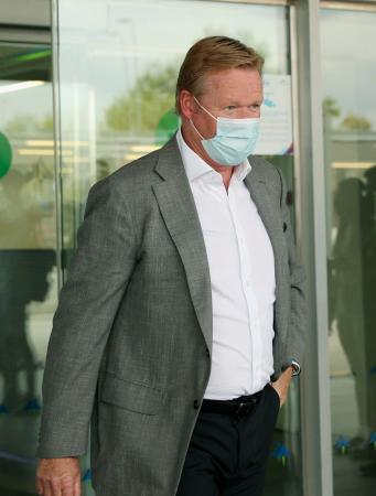 18日、バルセロナの空港に到着したロナルド・クーマン氏(ロイター=共同)
