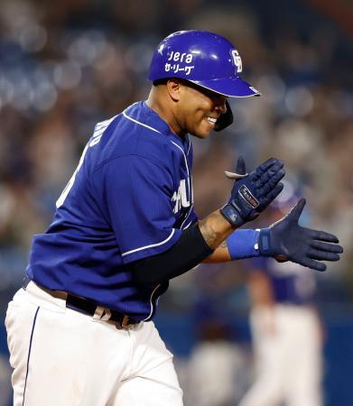7回、この試合2本塁打目となる2ランを放ち、笑顔で手をたたく中日・ビシエド=神宮
