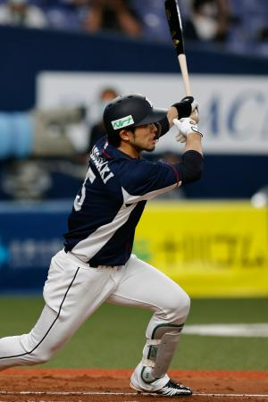 9回西武2死三塁、外崎が中堅に勝ち越しの2点ランニング本塁打を放つ=京セラドーム