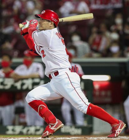 6回広島2死、田中広が右中間に本塁打を放つ=マツダ