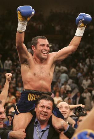 2006年5月、TKO勝ちで王座を獲得し、両手をあげて喜ぶオスカー・デラホーヤ=ラスベガス(AP=共同)