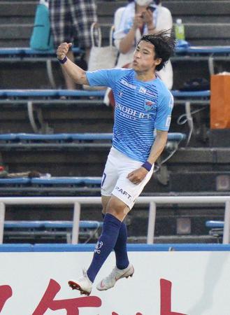 横浜FC―湘南 前半、自身2点目のゴールを決め、跳び上がって喜ぶ横浜FC・松尾=ニッパツ
