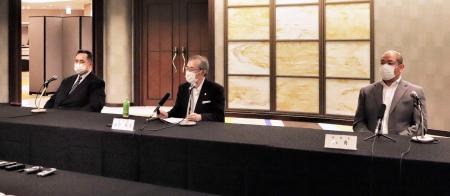 「大相撲の継承発展を考える有識者会議」を終え、記者会見する山内昌之委員長。右は日本相撲協会の八角理事長、左は芝田山広報部長=20日午後、東京都中央区(同協会提供)