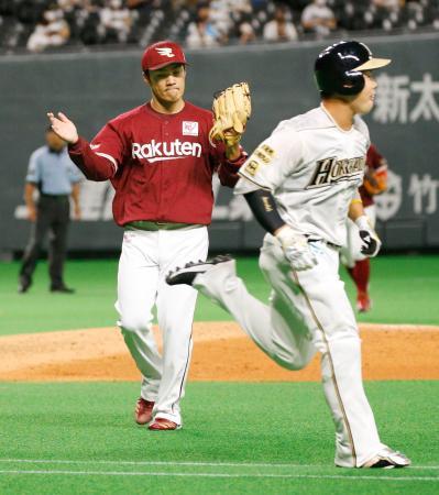 6回日本ハム2死、近藤(右)を二ゴロに打ち取り、グラブをたたく楽天・則本昂=札幌ドーム
