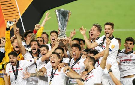欧州リーグで優勝し喜ぶセビリアの選手=ケルン(AP=共同)