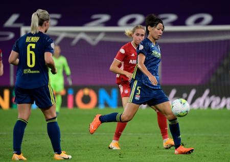 女子チャンピオンズリーグ準々決勝のバイエルン・ミュンヘン戦でプレーするリヨンの熊谷紗希(右)=22日、ビルバオ(AP=共同)