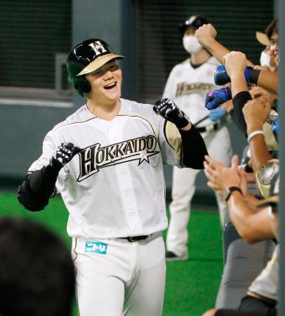 7回、3ランを放ち、ナインに迎えられ笑顔の日本ハム・清宮=札幌ドーム
