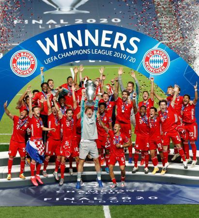 欧州チャンピオンズリーグ優勝でトロフィーを掲げるノイアー(中央)らバイエルン・ミュンヘンの選手たち=リスボン(ロイター=共同)